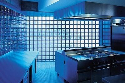 Cocina decorada con bloques de vidrio