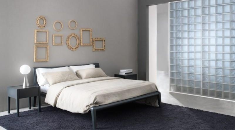 Dormitorio decorado con bloques de vidrio
