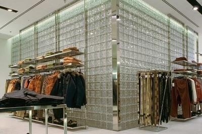 Tienda de moda decorada con bloques de vidrio