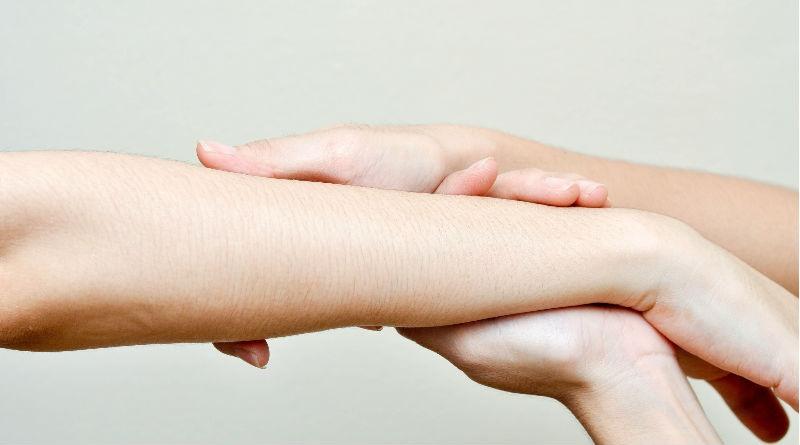Por que se producen manchas en la piel