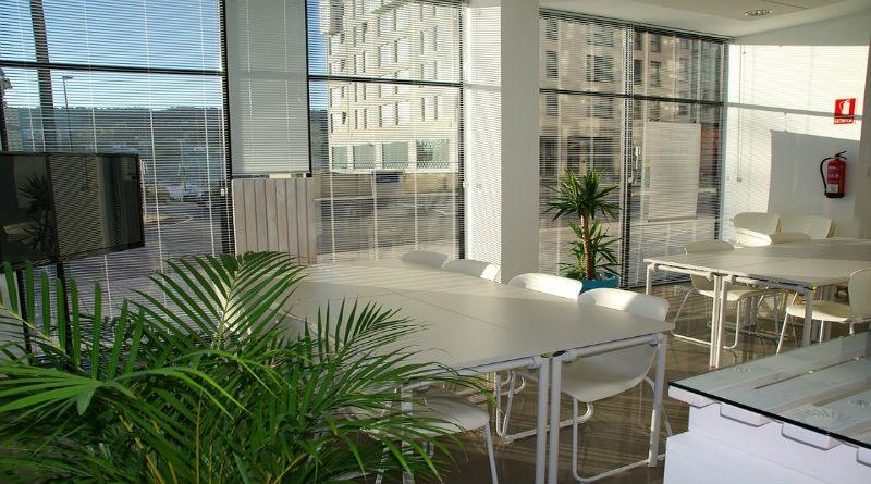 espacio de oficina con mamparas
