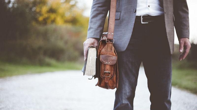 hombre con bolso a la moda