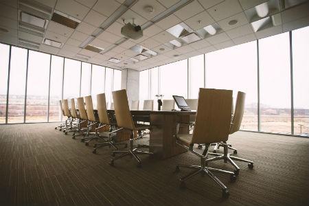 sala de oficina con mamparas