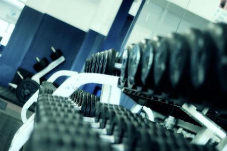 Equipamiento básico de gimnasios